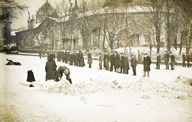 Digging snow on Manchester Road, Buxton, 1906