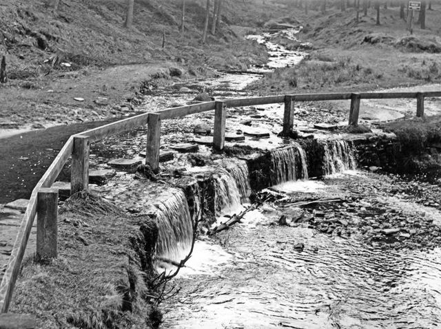 Weir and stepping stones, Linch Cough, Howden Reservoir
