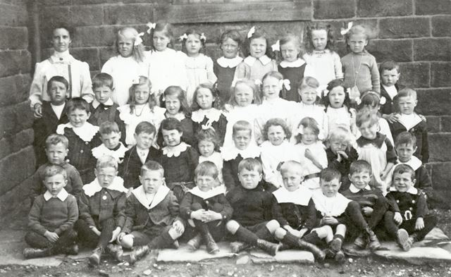 Schoolchildren at Chinley School, Buxton Road, Chinley, 1915