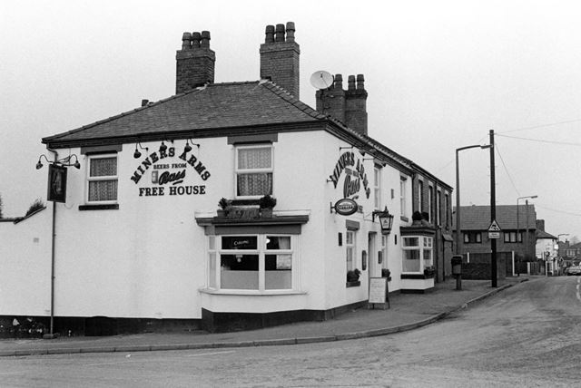 Miners Arms, Corner of Castle Road and George Street, Church Gresley, 2002
