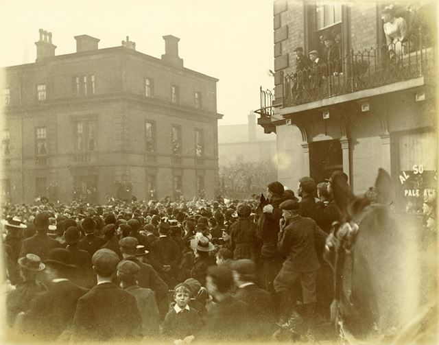 Crowds on Midland Road following the relief of Mafeking during the Boer War
