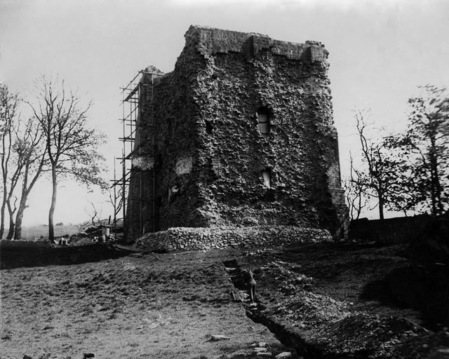 Excavations and repair work at Peveril Castle, Castleton, 1936