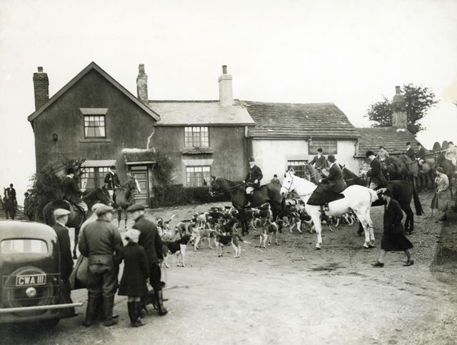 Barlow Hunt in front of the Angel Inn, Holmesfield, 1930s/1940s ?