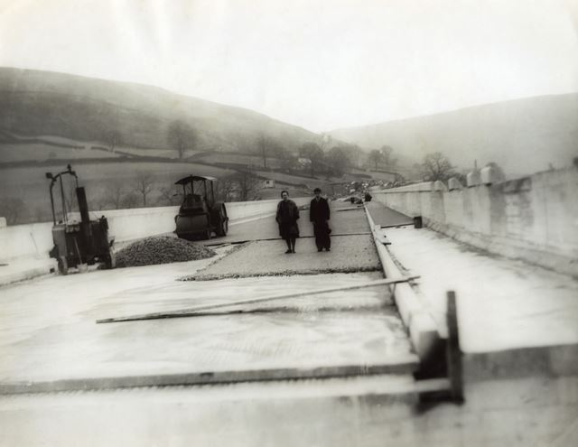 Tarmac being laid across the Ashopton Viaduct over Ladybower Reservoir, c 1940s