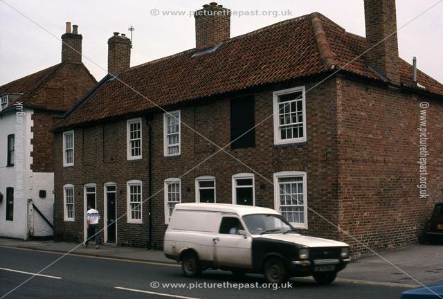 Cottages near Beaumond Cross, London Road, Newark, 1987