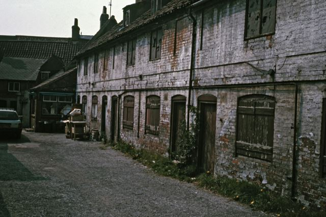 Old Cottages to rear of Kirk Gate and Slaughterhouse Lane, Newark, c 1986