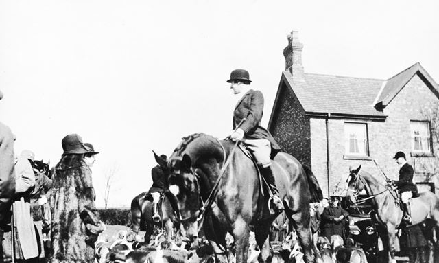 Hunt Gathering outside the Carpenters Arms, Dale Abbey, c 1920s